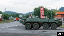 Техніка українських силовиків у селі Лавки поблизу Мукачевого, де триває спецоперація, 13 липня 2015 року