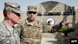 Afganistan - Gjenerali Martin Dempsey (M) gjatë një vizite në shtabin e forcave tokësore amerikane në Afganistan (Ilustrim)