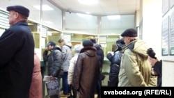 Очереди в пунктах обмена валют в Минске. Беларусь, 19 декабря 2014 года.