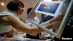 Подсчет голосов участников референдума на одном из участков в Донецкой области