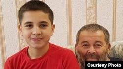 Ремзи Зудиев (п) со старшим внуком