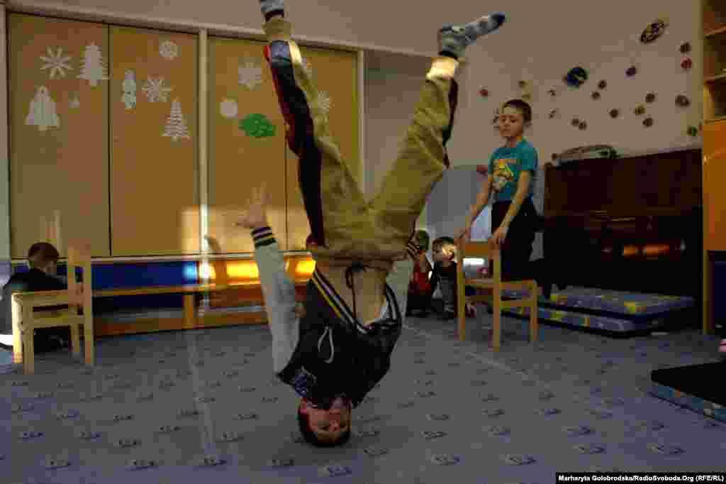 У свої 11 років Олександр зі Львівщини вже вміє виробляти цікаві трюки, яким навчився на заняттях брейк-данс