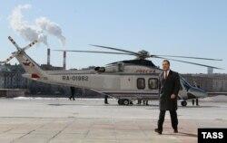 Дзьмітры Мядзьведзеў каля верталёта AW139, архіўнае фота