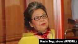 Бывшая судья Кульпаш Утемисова сидит на скамье подсудимых в ходе рассмотрения ее жалобы. Алматы, 4 июля 2014 года.