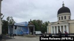 Scena democraților din preajma catedralei