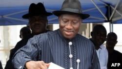 Президент Нигерии Гудлак Джонатон голосует на президенских выборах 16 апреля