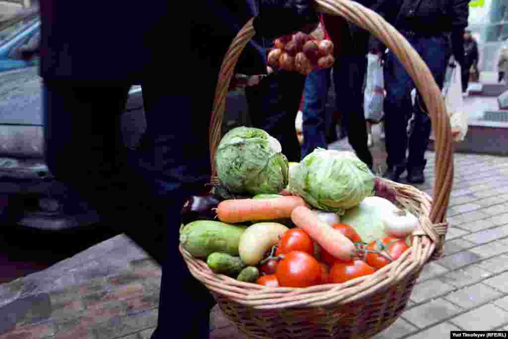 """Яктивисты партии """"Яблоко"""" во главе с Сергеем Митрохиным, в ответ на запрещение ЦИК использовать рекламный ролик с лозунгом """"Достали овощи? Голосуй за """"Яблоко!"""", принесли к зданию Центральной избирательной комисси 20 килограммов ов"""