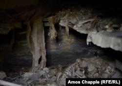 ქვის თარო და ადამიანის ძვლები. აქედან რუსეთის - ჩეჩნეთის - საზღვრამდე ნახევარი კილომეტრია.