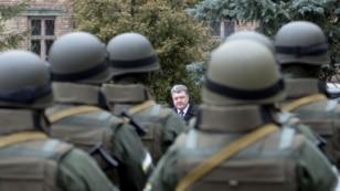 Петро Порошенко (на задньому плані) під час урочистої церемонії складання присяги співробітниками Управління спеціальних операцій Національного антикорупційного бюро