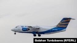Самолет авиакомпании Tez Jet взлетает с аэропорта «Манас». 16 октября 2018 года.