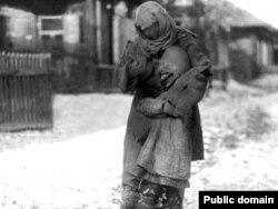 Мать с ребенком во время голода 1930-х годов в казахских степях.