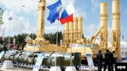 Ռուսաստան - Օտարերկրացիները դիտում են S-300VM «Անտեյ-2500» հակահրթիռային համալիրը, որը տեղադրված է «Բանակ-2015» ռազմա-տեխնիկական ցուցահանդեսում, Կուբինկա, Մոսկվայի մարզ, 16-ը հունիսի, 2015թ.