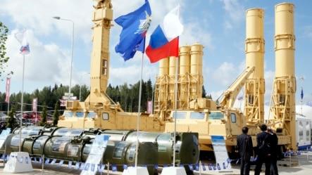 "Sistemul rusesc anti-balistic S-300VM ""Antey-2500"" expus la un forum tehnico-militar din Kubinka, regiunea Moscovei, 16 iunie 2015"