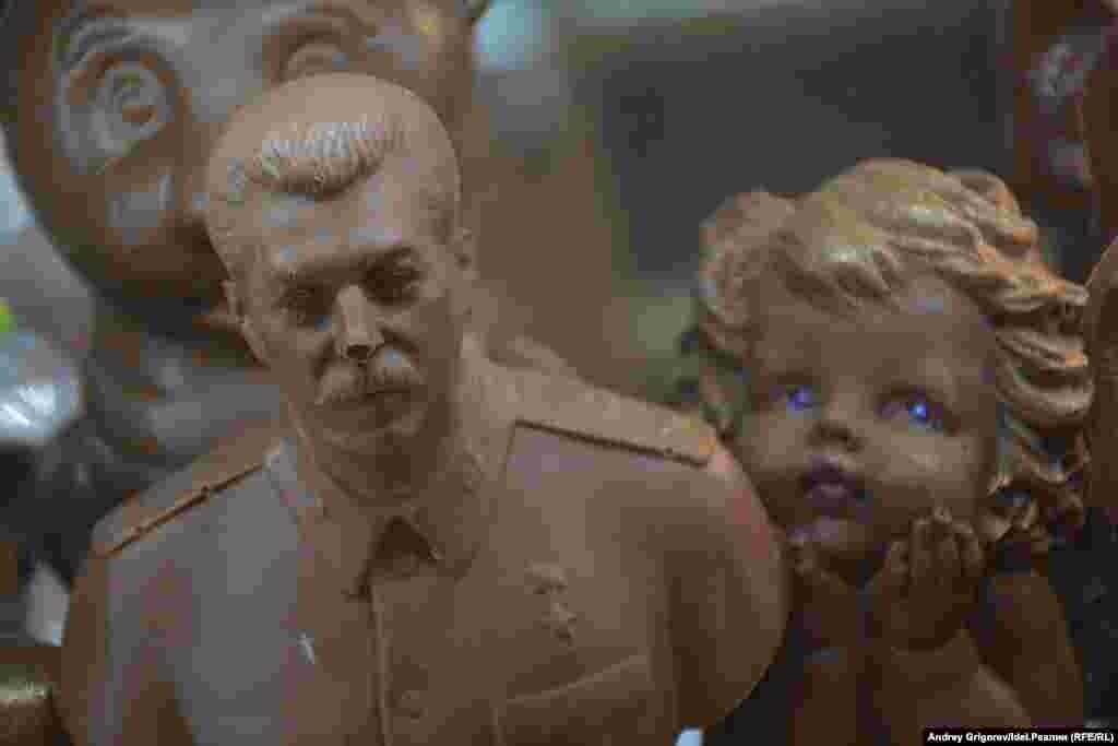 За столь легкомысленное отношение к носу вождя продавец при Сталине точно двушечкой не отделался бы.