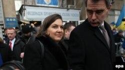 Помічник держсекретаря США Вікторія Нуланд і посол США в Україні Джеффрі Пайєтт біля Будинку профспілок у Києві, 10 грудня 2013 року