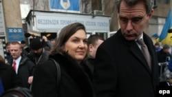 Помощник госсекретаря Тори Нуланд и посол США на Украине Джефф Пайетт выходят из штаб-квартиры оппозиции 10 декабря 2013 года