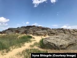 Камені Кам'яної Могили на золотавому піску, Запорізька область. 18 червня 2018 року