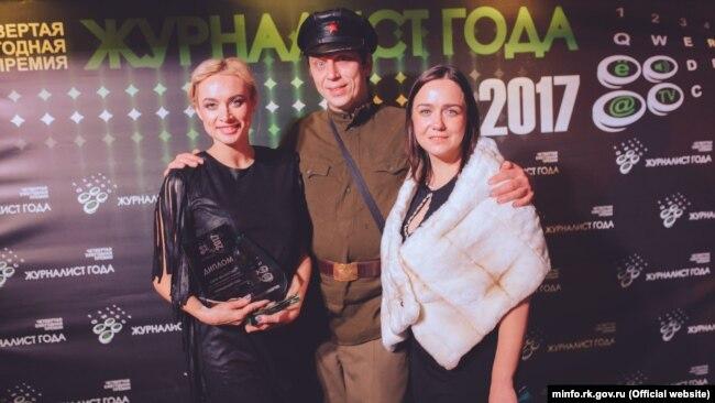 Анна Мелихова с наградой (слева)