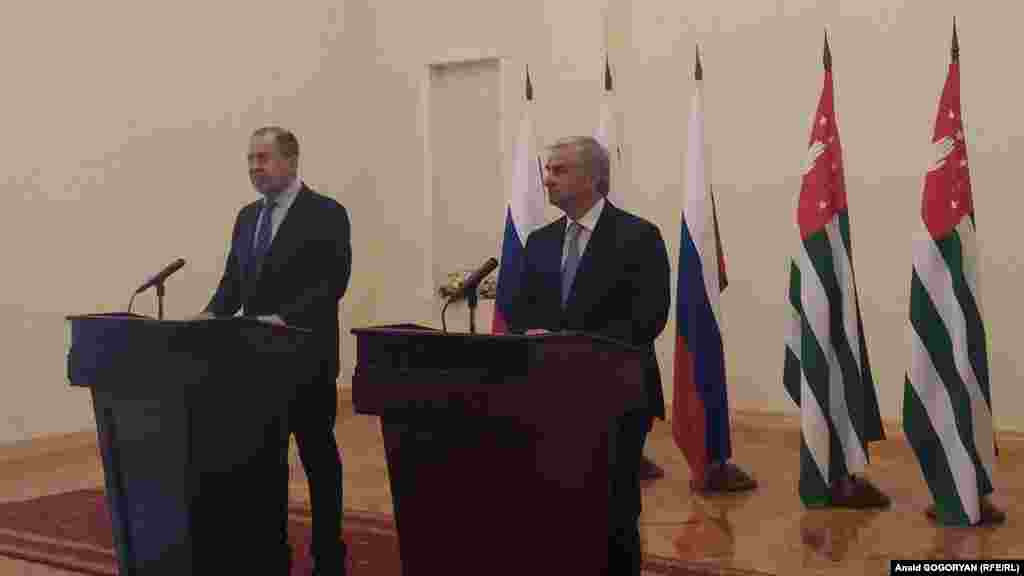 სერგეი ლავროვი (მარცხნივ) და აფხაზეთის დე ფაქტო რესპუბლიკის პრეზიდენტი რაულ ხაჯიმბა ერთობლივ პრესკონფერენციაზე.