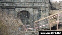 Остатки старой каменной кладки Большой Митридатской лестницы в Керчи