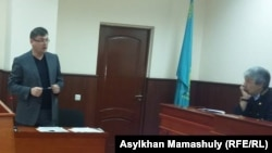 Слева - Владимир Голофаст, адвокат Султанбека Сыздыкова. Алматы, 20 октября 2016 года.