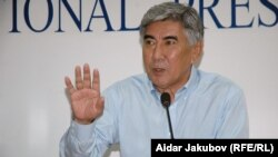 """Лидер партии ОСДП """"Азат"""" Жармахан Туякбай. Алматы, 20 июля 2010 года."""