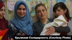 Голова сім'ї – в СІЗО, народ – поруч. Як зустрічали новонароджену дочку арештованого кримськотатарського активіста (фотогалерея)