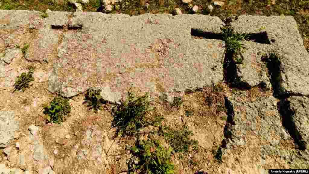 Рядом на плитах отчетливо видны кресты