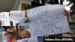 Afișe la o demonstrație a mișcării de rezistență Acum din fața televiziunii publice. 2 august 2018