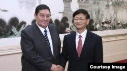 Рустам Иноятов (л) во время визита в Китай
