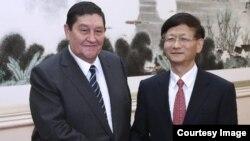 رستم عنایتاف (چپ) در یکی از سفرهایش به چین
