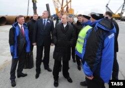 Владимир Путин (по центру) инспектирует ход строительства моста через Керченский пролив