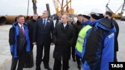 ՌԴ նախագահ Վլադիմիր Պուտինը ծանոթանում է Կերչի նեղուցի վրայով կամրջի շինարարության ընթացքին, Ղրիմ, 18-ը մարտի, 2016թ.