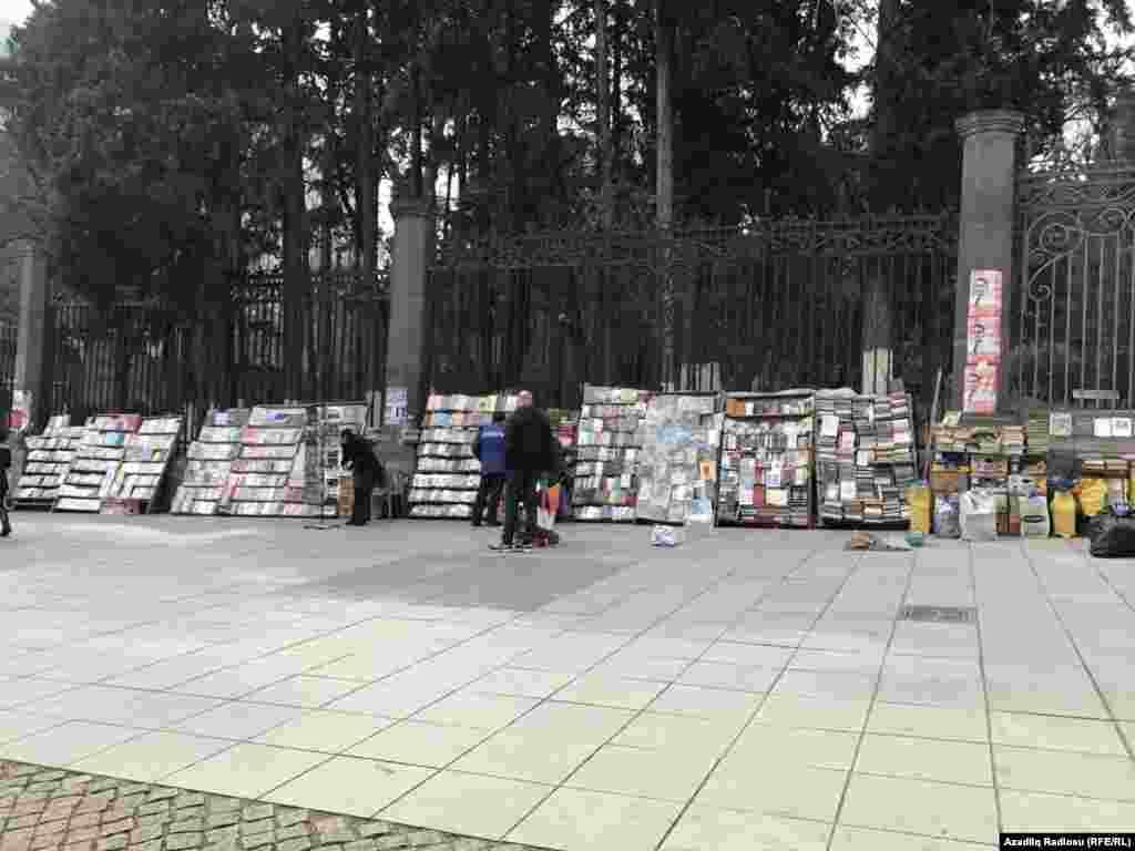 """Tbilisidə küçə boyu düzülən kitablar. Bakıda dükanlara """"sığınan"""" kitablar"""