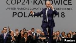 Председатель конференции ООН по климату Михал Куртыка радуется заключенному соглашению. Катовице, 15 декабря 2018 года