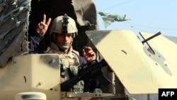 سربازان عراقی و پیشمرگههای کرد مشغول نبرد زمینی با «خلافت اسلامی» هستند