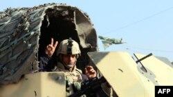 صورة لجندي عراقي في نقطة تفتيش بشرق بغداد