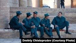 Ўзбекистонда милиция ходимлари нисбатан каттароқ маошдан ташқари яхшигина имтиёзларга ҳам эга.