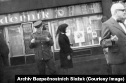 Сцена на улице Праги. Фотография сделана уже в тот момент, когда коммунистический мир начал трещать по швам