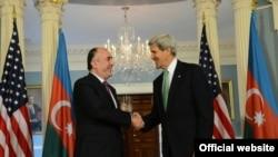 Встреча госсекретаря США Джона Керри (справа) с министром иностранных дел Азербайджана Эльмаром Мамедъяровым, Вашингтон, 3 июня 2013 г.