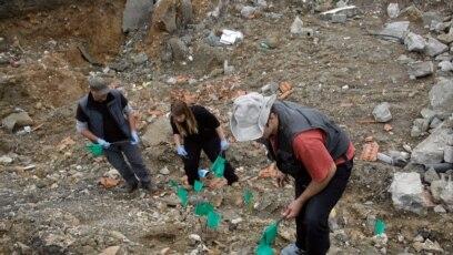 Forenzičari obilježavaju masovnu grobnicu sa ostatcima tela kosovskih Albanaca u Rudnici na jugu Srbije u aprilu 2014.