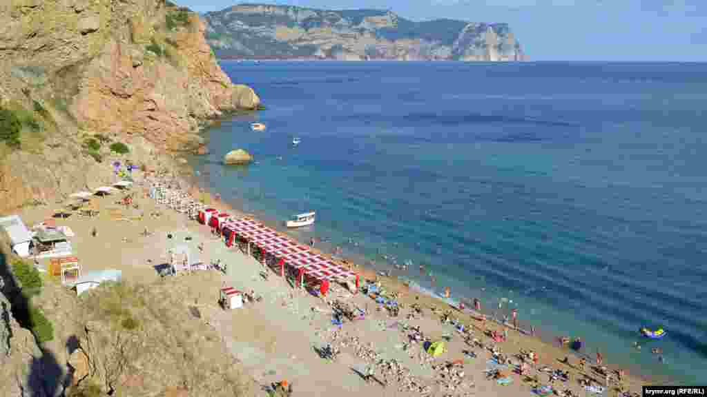 Труднодоступность – один из минусов пляжа Васили, как его называют местные. Помимо катера, туда можно добраться пешкомв обход залива, но прогулка займет час, а после нужно будетпреодолеть длинный спуск по лестнице Больше фото пляжа – в фотогалерее