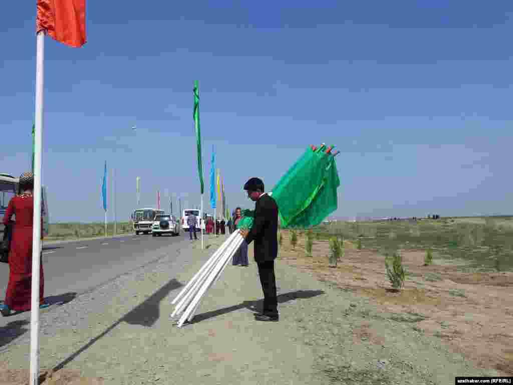 Nowruz baýramy mynasybetli Aşgabadyň 20 kilometr uzaklygynda geçirilen çäreden baýdaklary alyp barýan çäreçi.