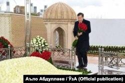 Өзбекстан президенті Шавкат Мирзияев Ислам Каримовтың Самарқандтағы зиратында.