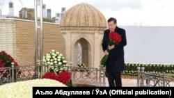 Өзбекстан президенті Шавкат Мирзияев елдің тұңғыш президенті Ислам Каримовтің басына гүл қойып жатыр. Самарқан, 30 қаңтар 2017 жыл.