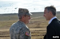 U.S. Army General John Nicholson (left) and NATO Secretary-General Jens Stoltenberg (file photo)