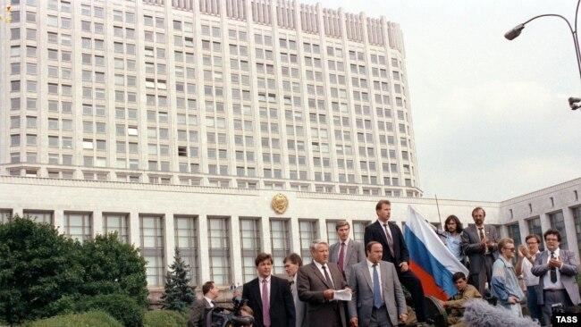 Борис Ельцин и его соратники 18 августа 1991 года во время путча ГКЧП
