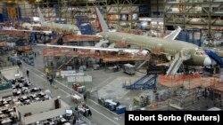 Aeroplan i llojit Dremliner 787 i kompanisë Boeing.