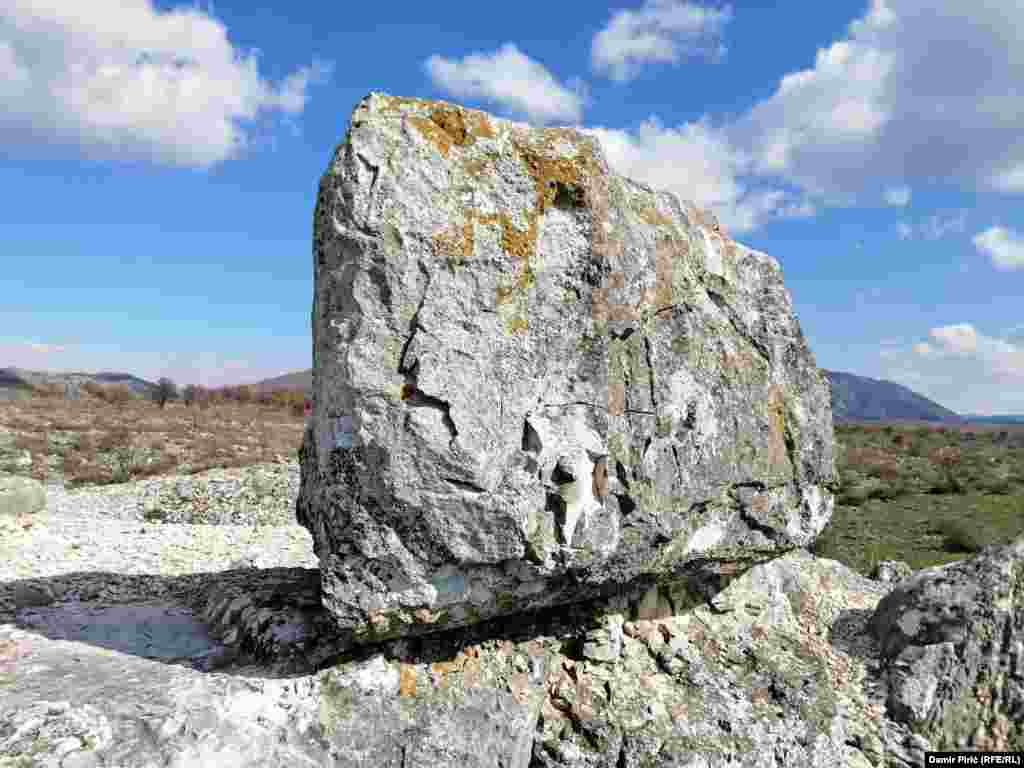 Rrënojat e këtij qyteti ilir gjenden 300 metra mbi nivelin e detit.