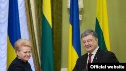 Ukraina prezidenti Petro Poroşenko Latviya Cumhuriyeti prezidenti Dalia Gribauskayte ile beraber